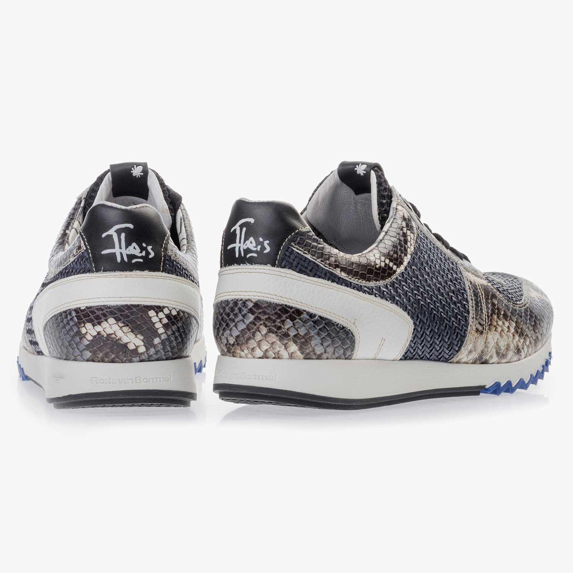 Grijsblauwe leren sneaker met snakeprint