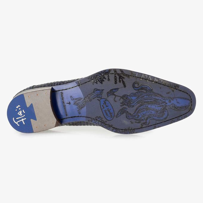 Blauwe nubuckleren veterschoen met crocoprint