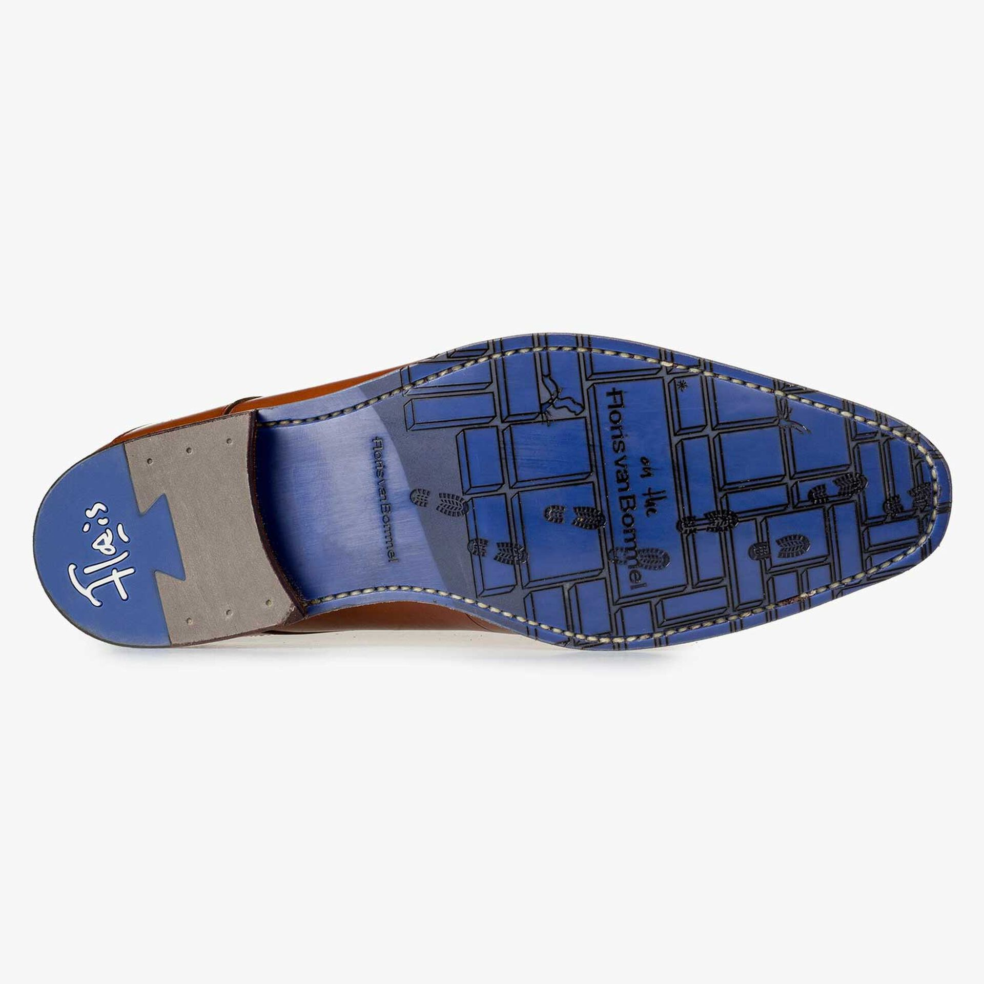Cognac-coloured lace shoe with laser-cut print