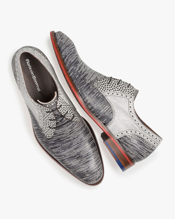Lace shoe with lizard print