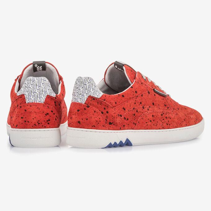 Rode suède sneaker met zwarte print