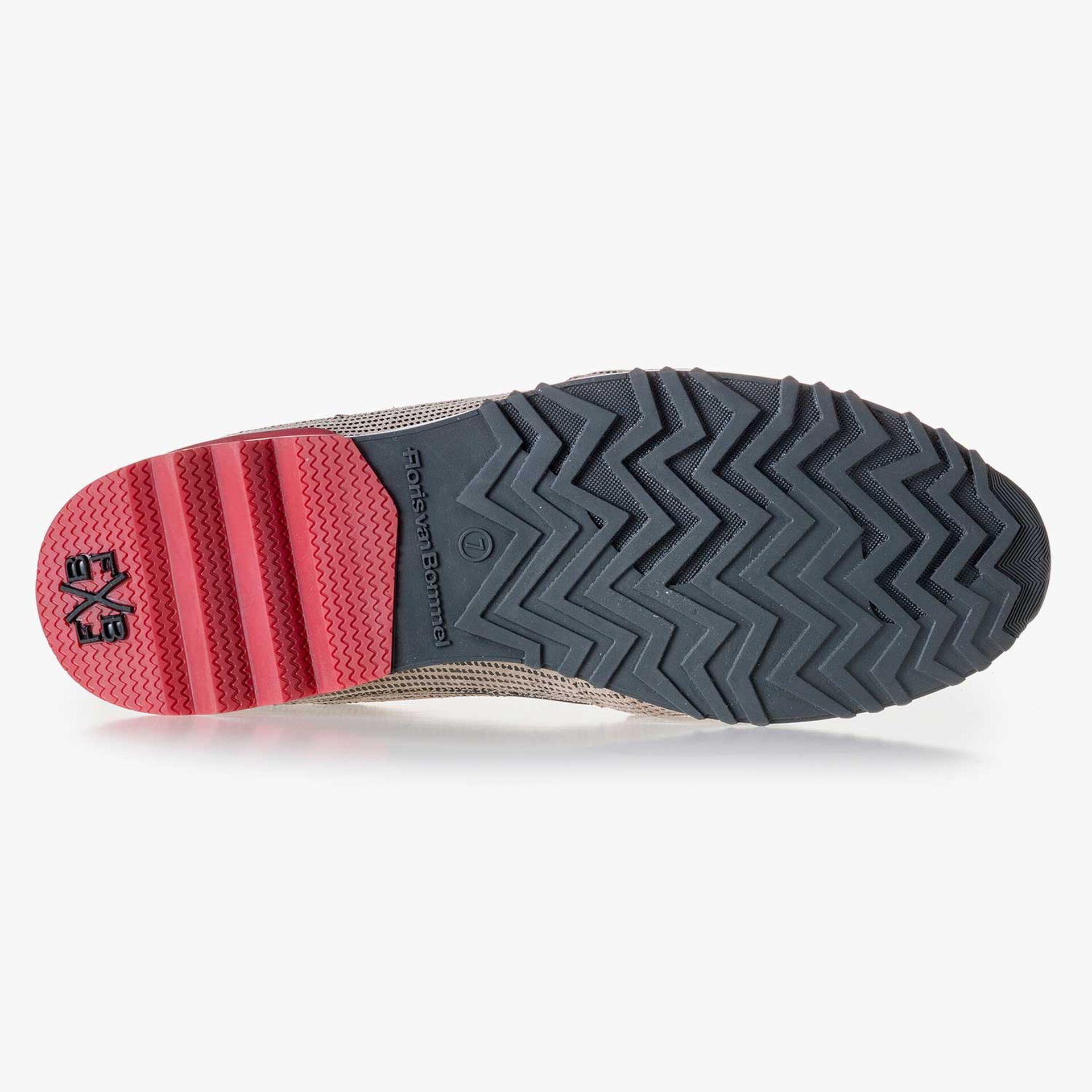 Premium zandkleurige suède sneaker met klittenbandstrap
