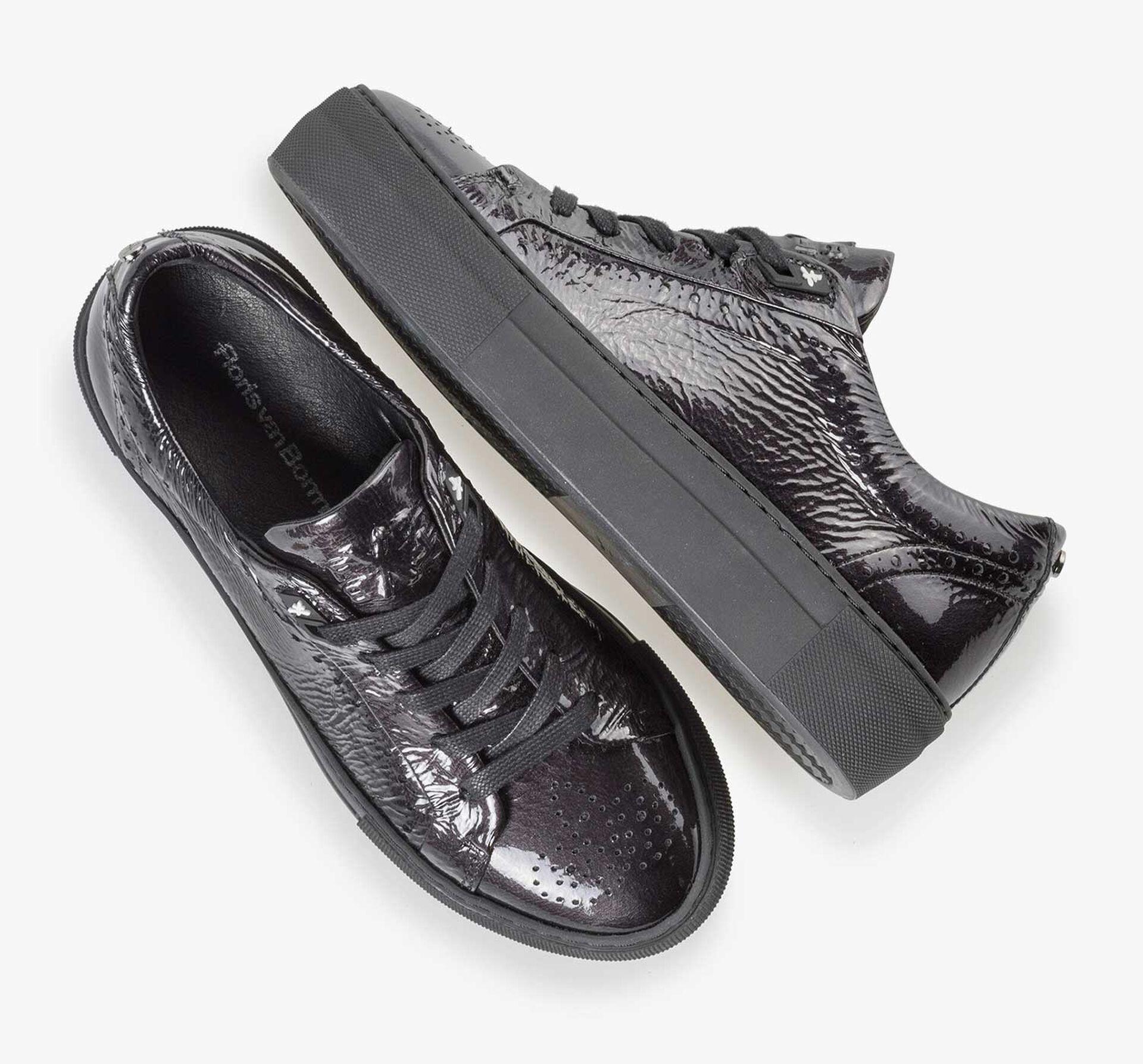 Sneaker van zwart lakleer met een kreukeffect