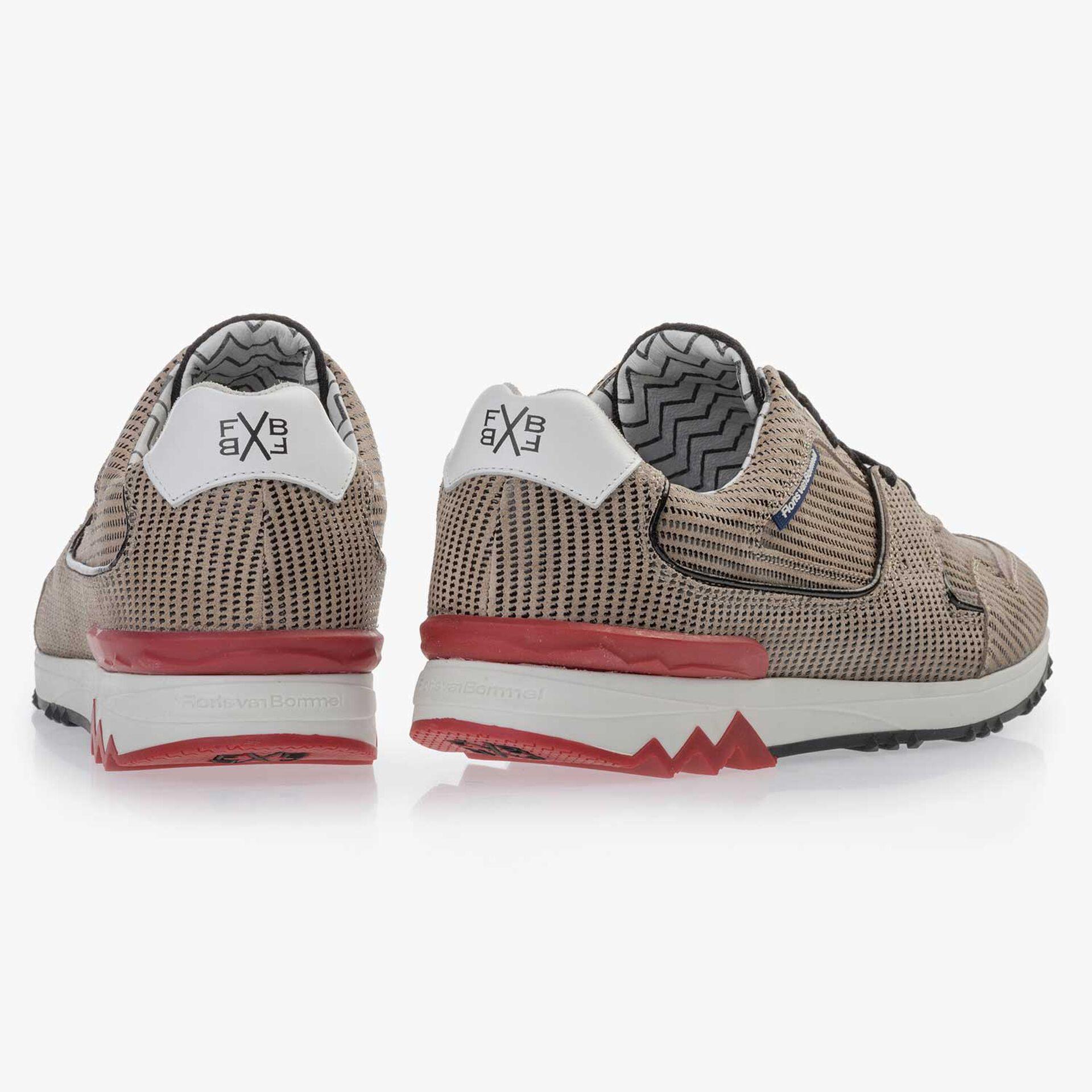 Zandkleurige suède sneaker met dessin