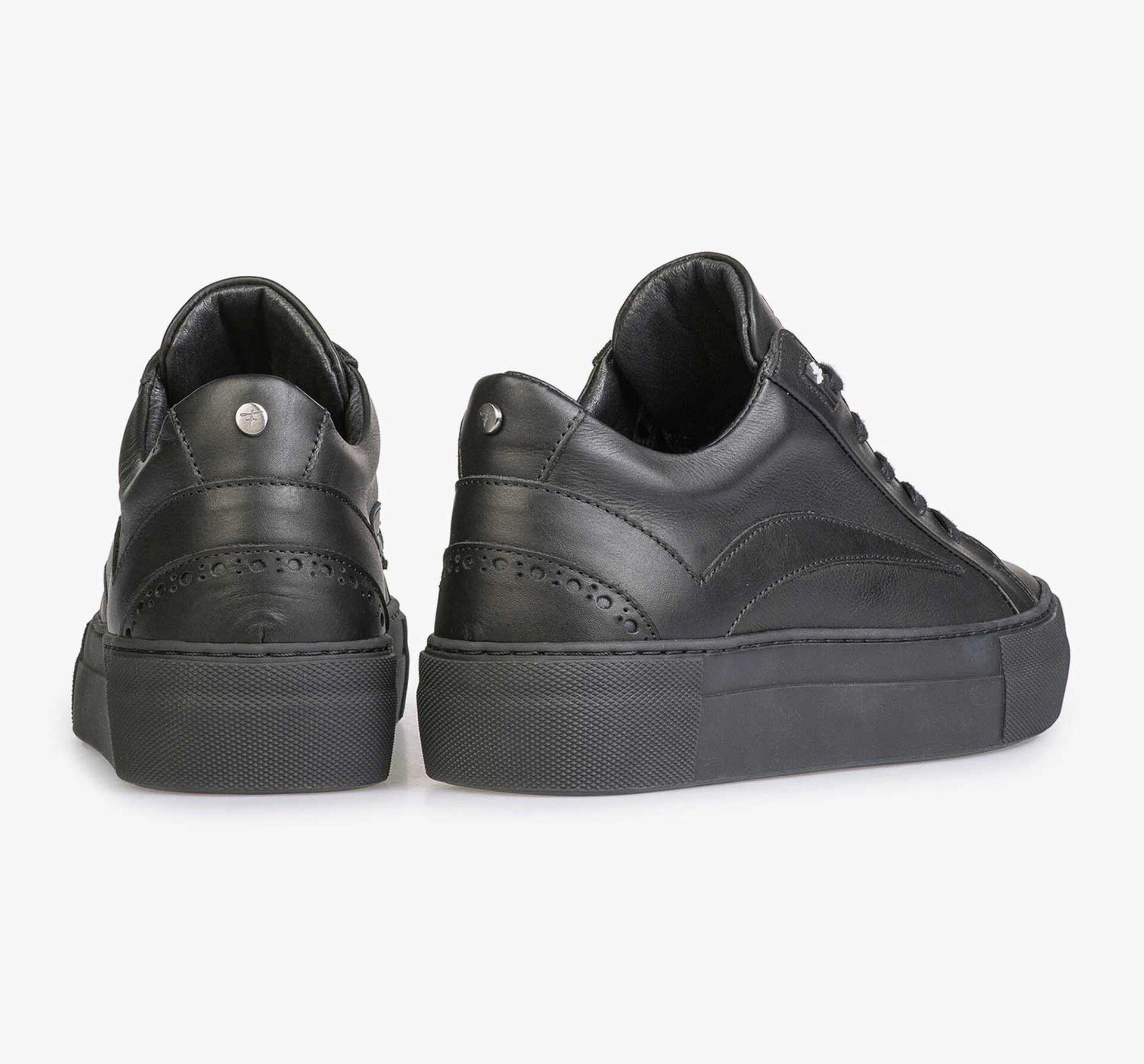 Zwarte leren sneaker met zwarte kuipzool