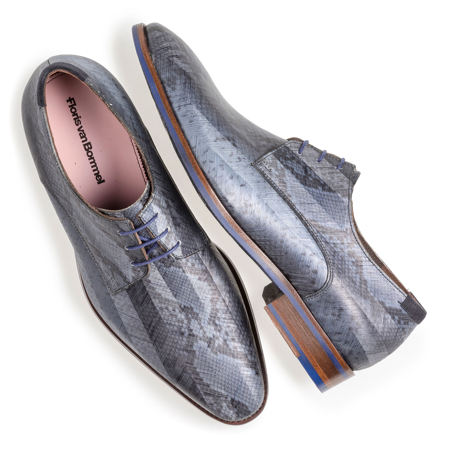 18297/01 - Grey patent leather lace shoe with snake print